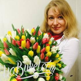 Получательница с разноцветными тюльпанами - фото