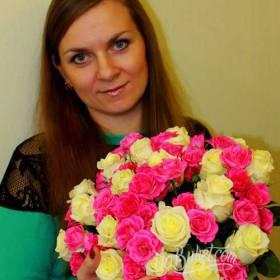 Получательница с букетом белых и розовых роз - фото
