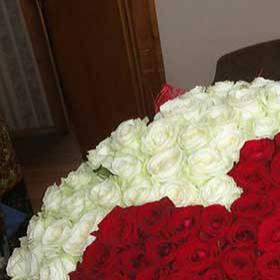 Получательница с букетом из роз в форме сердца - фото
