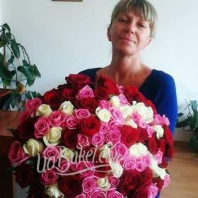 Именинница с букетом разноцветных украинских роз - фото