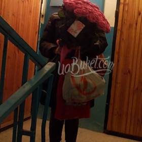 Получательница с большим букетом розовых роз - фото