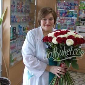 Белые и красные розы для коллеги - фото