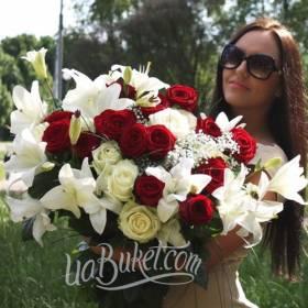 Девушка с большим букетом из лилий, белых и красных роз  - фото