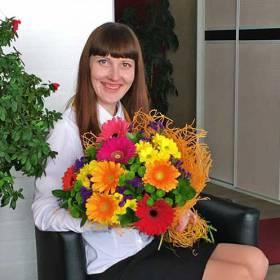 Получательница с букетом из гербер и хризантем - фото