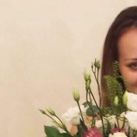 Девушка с букетом роз, эустом и гвоздик - фото