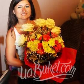 Получательница со сборным букетом из роз, гербер и хризантем - фото