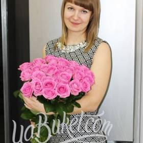 Очаровательная девушка с букетом розовых роз - фото