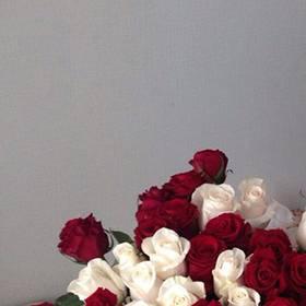 Белые и красные розы для именинницы - фото