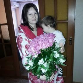 Девушка с композицией из роз и альстромерий - фото