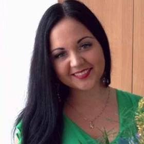 Именинница с букетом из хризантем, ирисов и зелени - фото