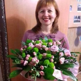 Именинница с букетом из кустовых роз и зеленых хризантем - фото