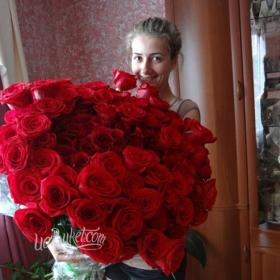 Красные розы для девушки - фото