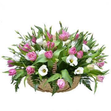 Букет весенних цветов в корзине