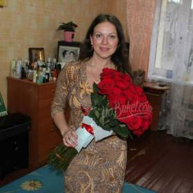 Красные розы с доставкой для именинницы - фото
