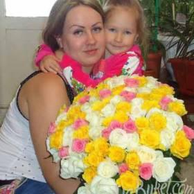Яркий букет из розовых, белых и желтых роз для мамы - фото