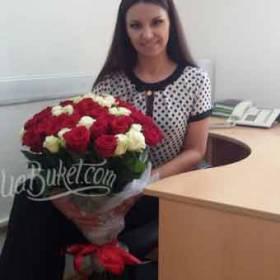 Микс из красных и белых украинских роз с доставкой на работу для  коллеги - фото