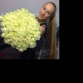 Бело-зеленые розы с доставкой для именинницы -фото