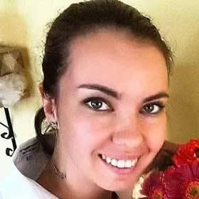 Счастливая получательница со сборным букетом - фото