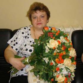 Букет из роз, альстромерий и гиперикума для получательницы - фото