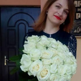 Получательница с букетом роз Аваланч - фото