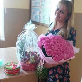 Девушка с букетом из роз, корзиной с фруктами и тортом - фото