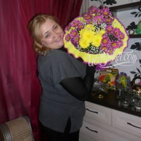 Получатель с букетом розовых и желтых хризантем - фото