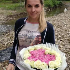 Девушка с букетом из роз - фото