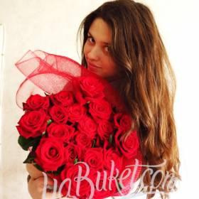 Букет красных роз для прекрасной девушки - фото