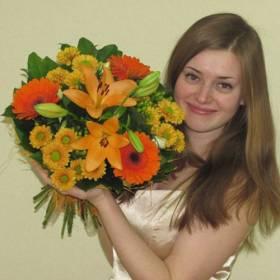 Девушка со сборным букетом в оранжевых тонах - фото