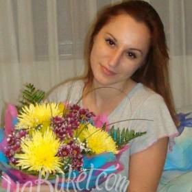 Девушка с букетом желтых и красных хризантем - фото