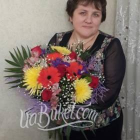 Получатель с букетом хризантем, роз, гербер и ирисов - фото