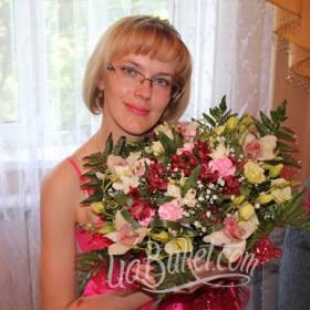 Девушка со сборным букетом цветов - фото