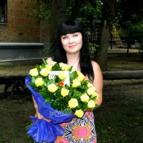 Получательница с букетом белых роз - фото