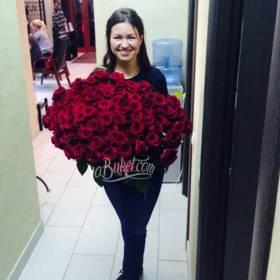 Большой букет красных роз для получательницы - фото