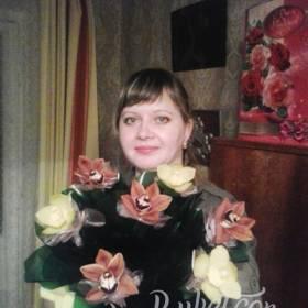 Девушка с букетом орхидей - фото