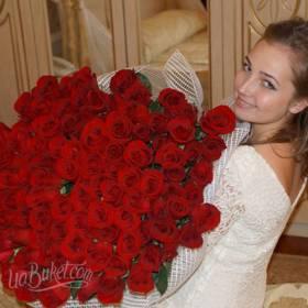 Девушка с букетом роз Престиж - фото