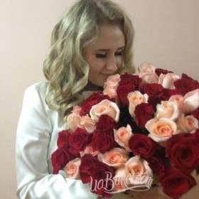 Девушка с розовыми и красными розами - фото