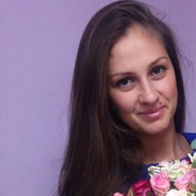 Девушка с букетом розовых и кремовых роз - фото
