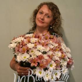 Счастливая именинница с букетом из альстромерий и хризантем - фото