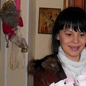 Девушка с букетом роз в оригинальном оформлении - фото