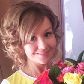 Девушка с букетом из разноцветных роз - фото