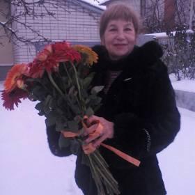 Именинница с букетом роз и гербер - фото