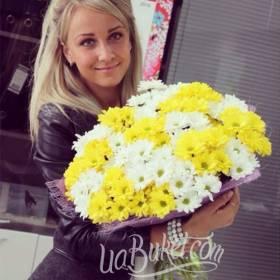 Девушка с букетом белых и желтых хризантем - фото