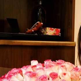 Девушка с букетом двухцветных роз - фото