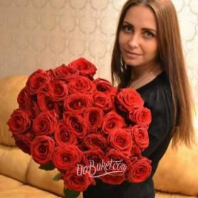 Получательница с букетом красных роз- фто