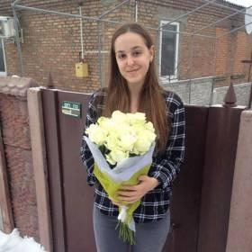 Девушка с букетом роз Аваланч - фото