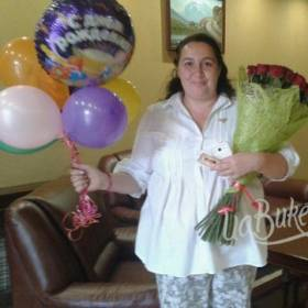 Букет роз и шарики для именинницы - фото