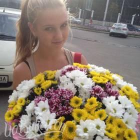 Разноцветные хризантемы для юной получательницы - фото