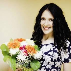 Девушка с букетом из гербер и хризантем - фото
