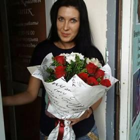 Получательница с букетом из роз, хризантем и орхидей - фото